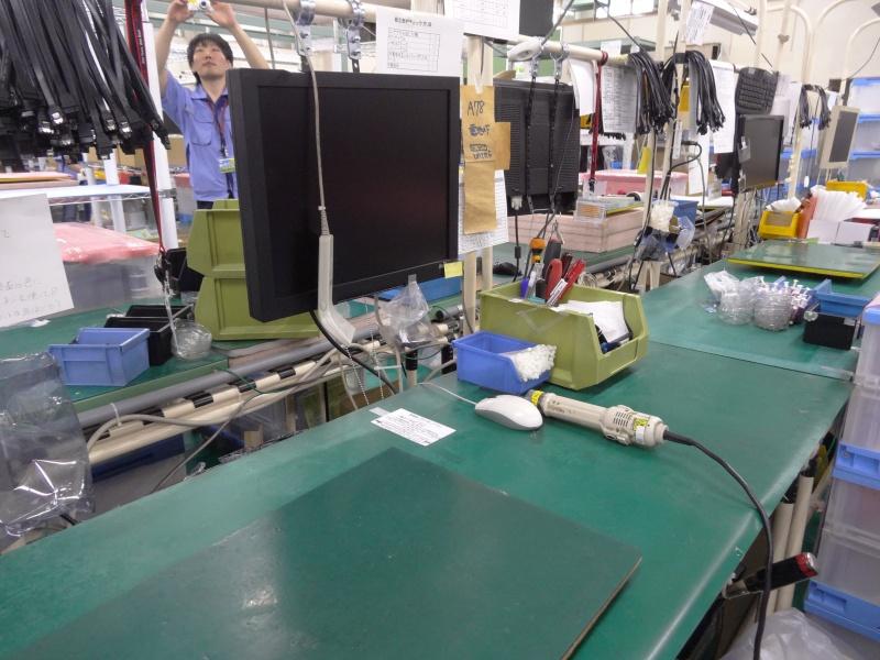 デスクトップの製造セル。全てBTO生産のためラインではなく、1人1台のセル体制