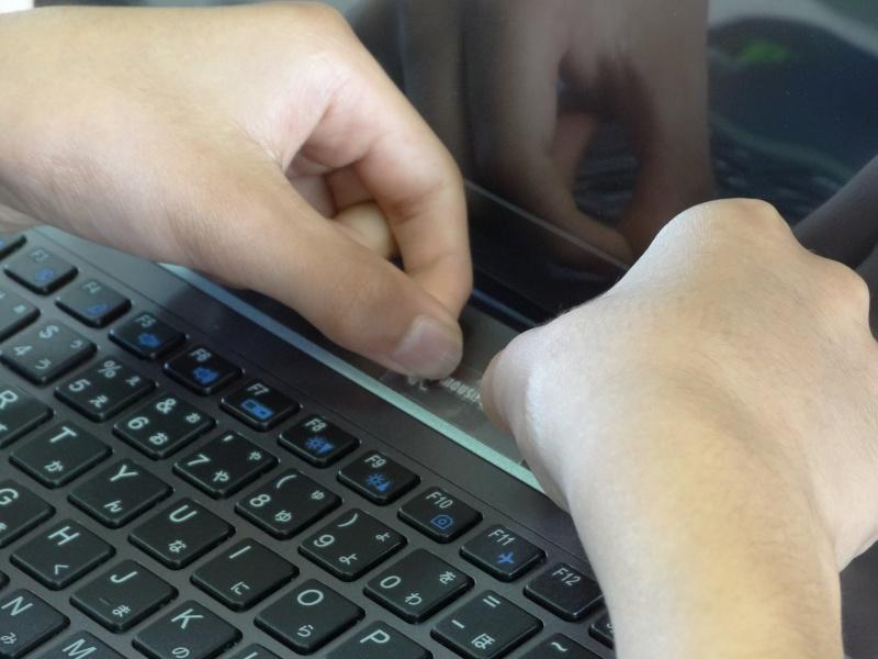 マウスのロゴステッカーは、貼り付けてから、こすって剥がすと転写される