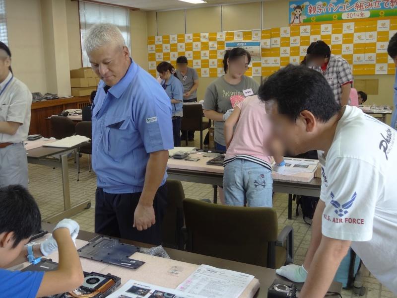 小松社長は終始各机を見て回り、声をかけていた