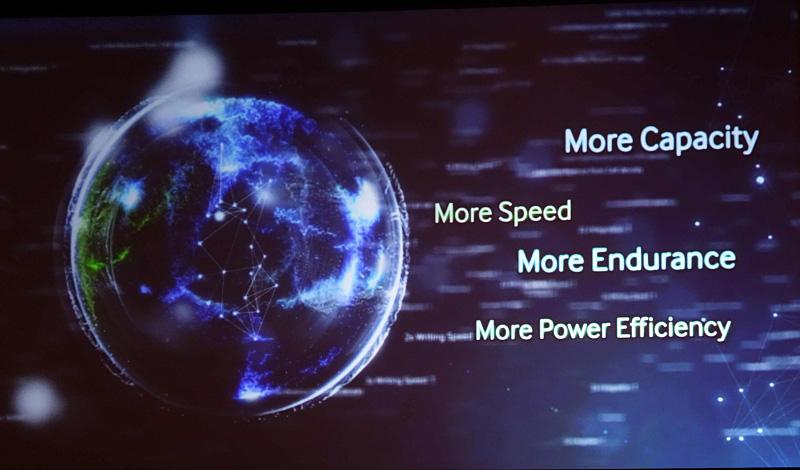 SamsungがFlash Memory Summitで示したV-NANDの利点を示すスライド