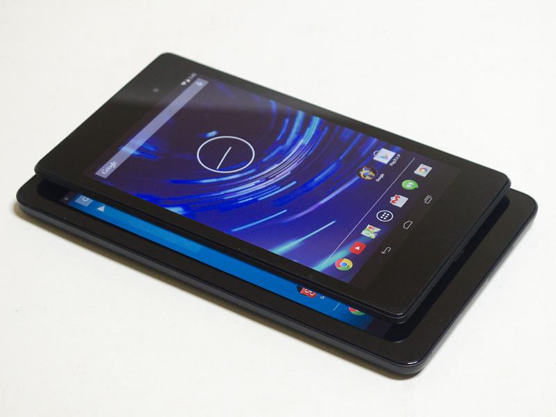 Nexus 7(2013)との比較。7型と8型と1サイズの違いだが随分大きい。下側面のメッシュの部分はスピーカー