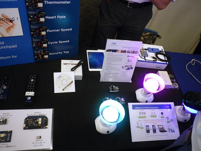 CSRの「CSRmesh」のデモ。Bluetooth機器同士でリレーのようにプロトコルを転送でき、より遠くの機器を制御できる。また機器のグループ化も可能