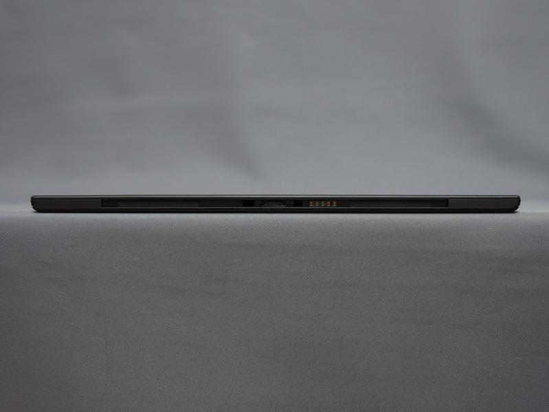 本体下部側面。高さは8.95mmと9mmを切っており、ThinkPad Tablet 2より約0.85mm薄くなった