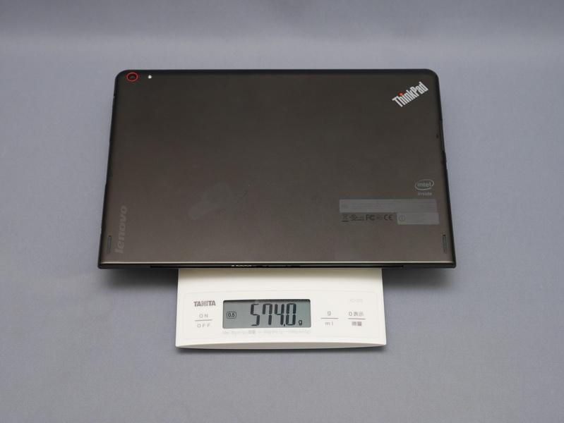 本体重量は公称で約598gと、従来モデルよりわずかに増えている。実測では574gだった