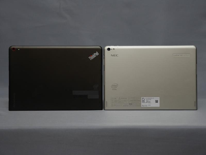 左がThinkPad 10、右がLaVie Tab W。筐体色やロゴなどの違いはあるが、本体形状は全く違いがなく、裏面カメラやスピーカーの位置も全く同じだ