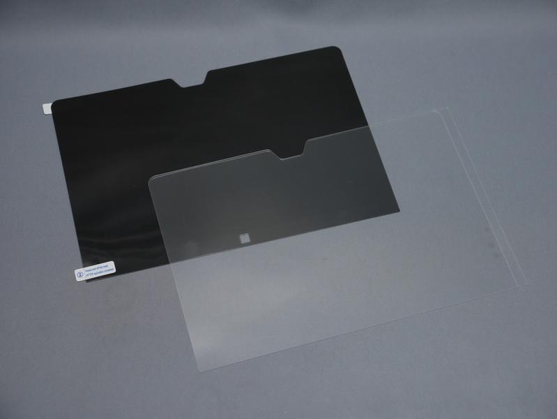 液晶面は光沢処理で外光の映り込みはやや激しい。オプションの非光沢保護フィルムやプライバシーフィルターなどの利用を検討したい