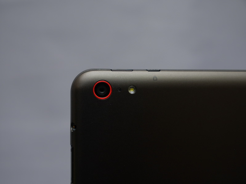 裏面には約800万画素の背面カメラを搭載