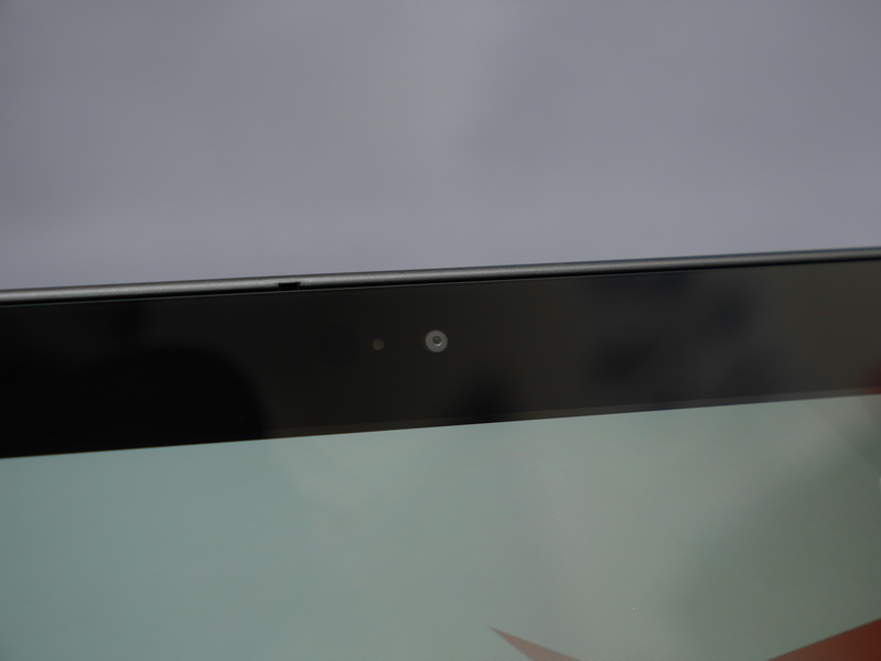 液晶面上部には約200万画素の前面カメラを搭載