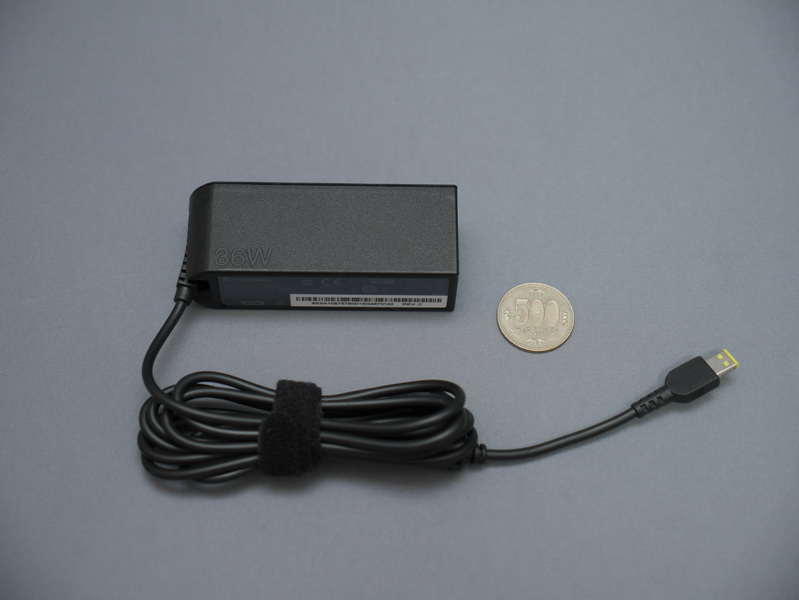 付属ACアダプタは、充電時間を短縮するために出力が高められたことで、従来よりやや大型となっている