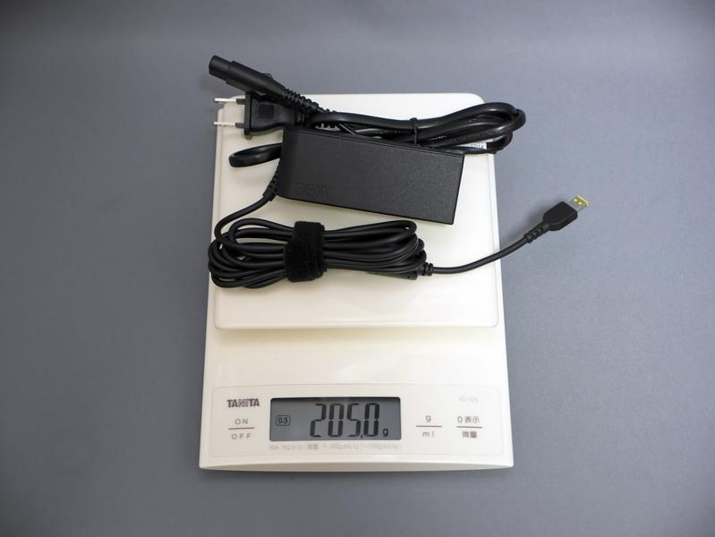 ACアダプタの重量は、電源ケーブル込みで実測205gだった