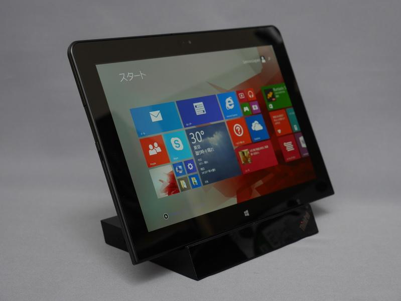 このようにThinkPad 10を取り付けて利用。外部ディスプレイを接続すればデュアルディスプレイ構成でも利用できる