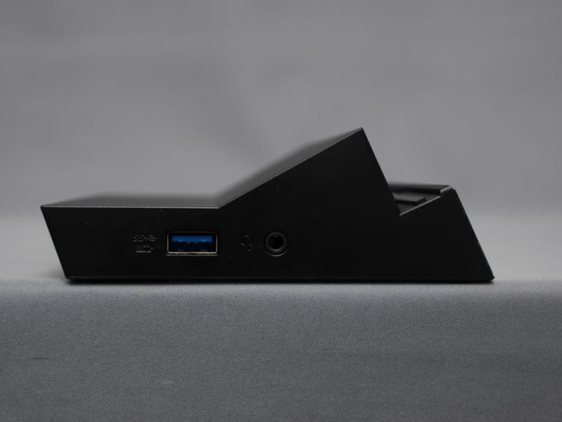 左側にUSB 3.0ポートとヘッドフォン/マイク共用ジャックを配置