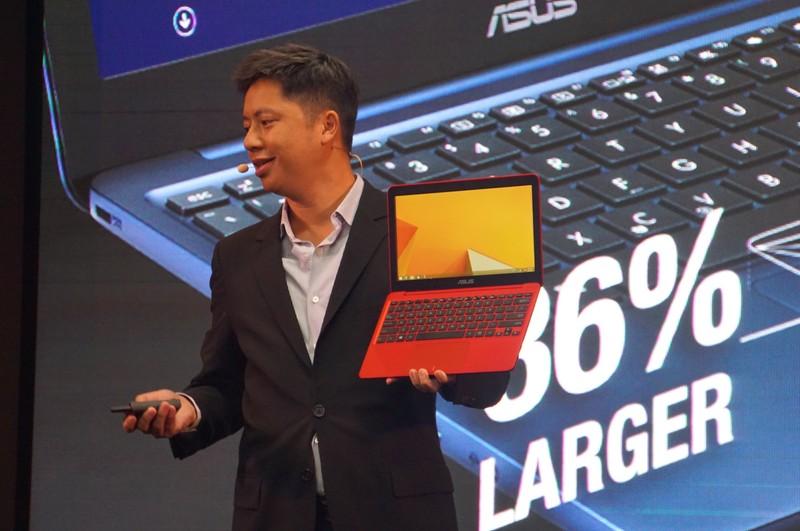 ユー氏が紹介するEeeBook X205。CPUにはBay Trail(Atom Z3735)を搭載しており、重量は980g