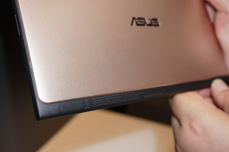 通常IA Androidタブレットには、背面にIntelロゴが大きく入っているが、この製品は左下に小さく入っているだけですっきりしている