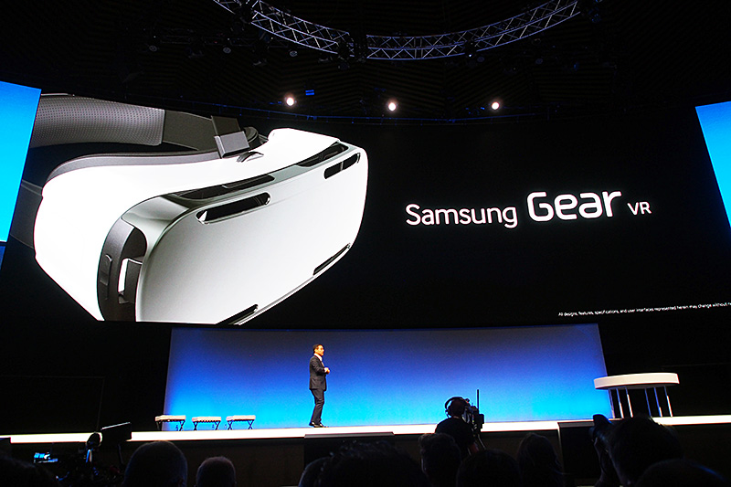 「Samsung Gear VR」。パネルとセンサー部分にGalaxy Note 4を利用するVRゴーグル