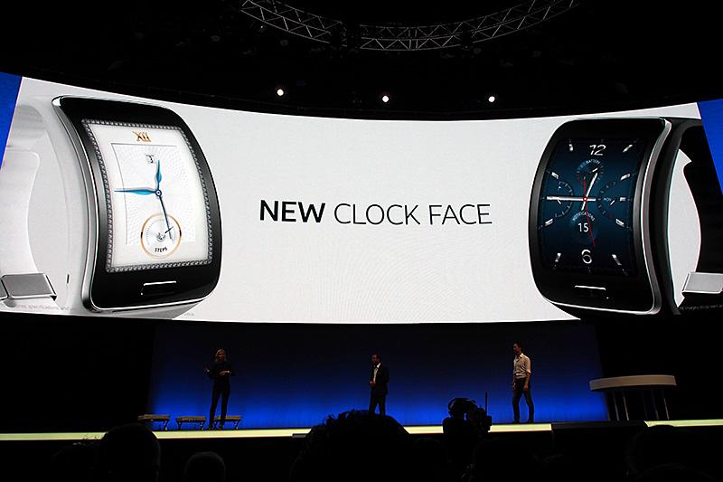 2型のディスプレイを採用したことで、盤面も実際の時計を模したデザインが積極的に利用されている。ソフトウェアで対応できる点で、自由度は高い