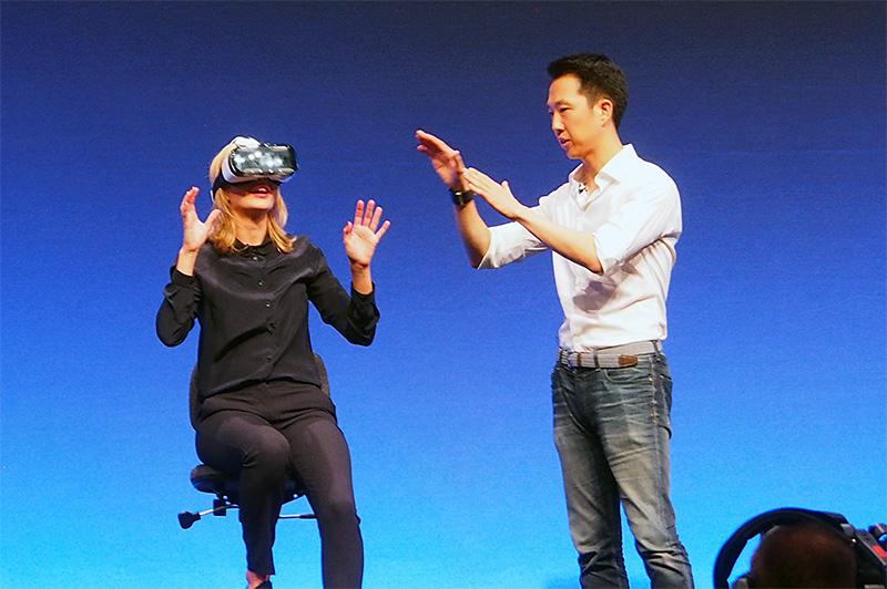 イベントでのデモの様子。被験者には、VR映像が見えていて、頭を左右に振ればその方向の映像が目に入る