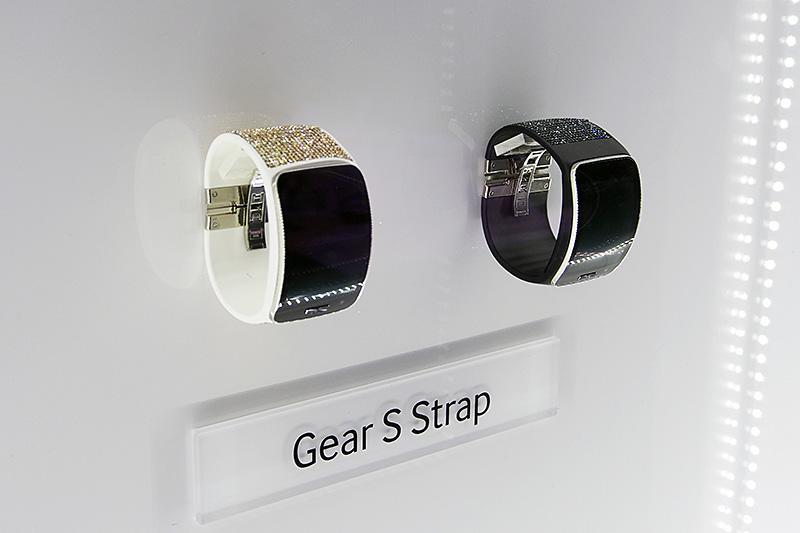 Gear SもSWAROVSKI(スワロフスキー)とコラボレーション。交換式のベルトを、スワロフスキーデザインに変更することができる
