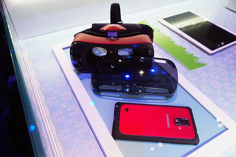 Samsung Gear VRの構造。左右分割された視界のそれぞれにレンズが付く。ヘッドバンドは頭頂部も覆って、重量を支える。視度調整用のダイヤルは上部に、側面にメニューボタンとトラックパッドを備える