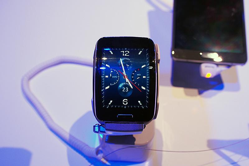 「Samsung Gear S」。2型のAMOLEDパネルに、クロノグラフ調の盤面が表示されている