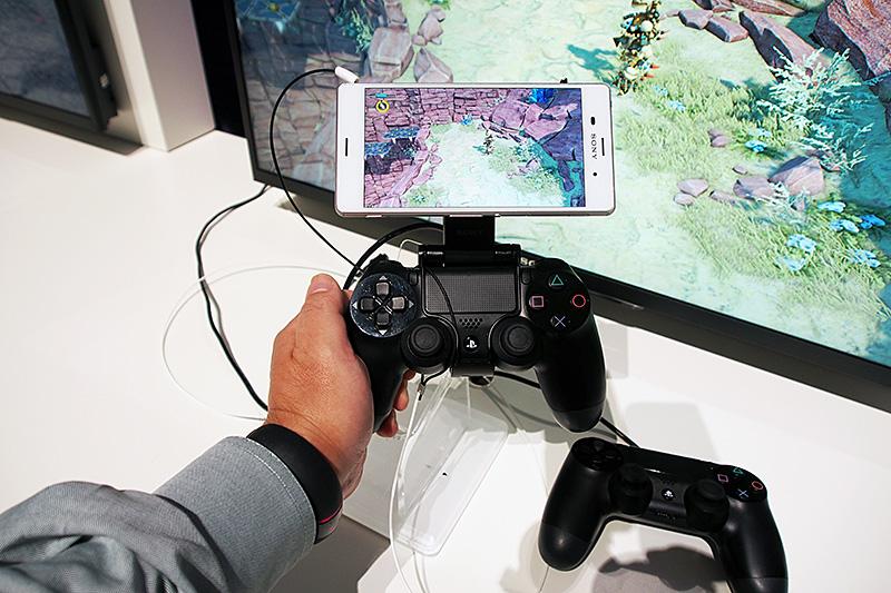 盗難防止のワイヤーが付いているため写真ではややごちゃごちゃしているが、Xperiaの固定は吸盤式。DualShock4とは、角度変更可能なアームとタッチパッドとアナログスティックに沿ったワイヤーで固定する仕組み