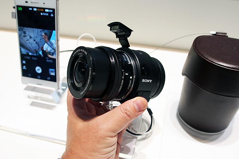 DSC-QX系の製品にはないポップアップ式のストロボも備えている