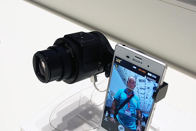 スマートフォンを使ってプレビューする独自のレンズスタイルカメラ。2013年のIFAで、第1世代製品が発表され、今回は第2世代製品になる