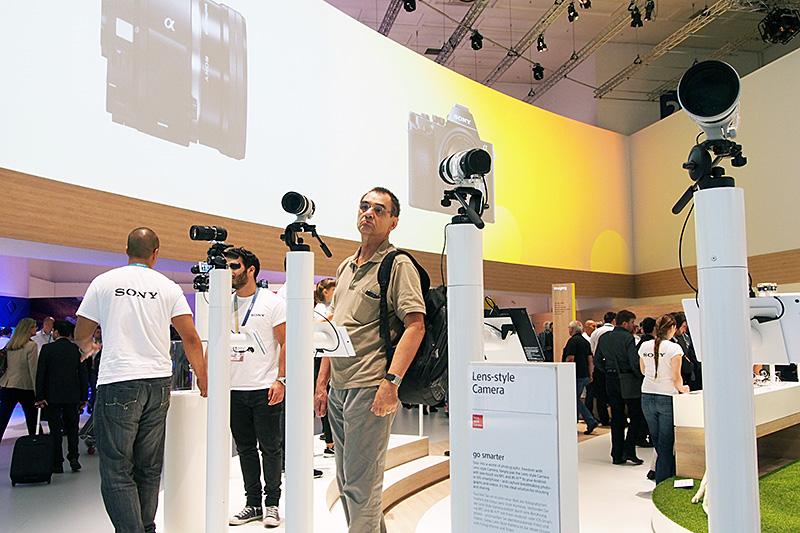 カメラ関係の展示会ではお馴染みの展示スタイルだが、すべてが「ILCE-QX1」のため、いわゆるボディ部分が一目では分からない