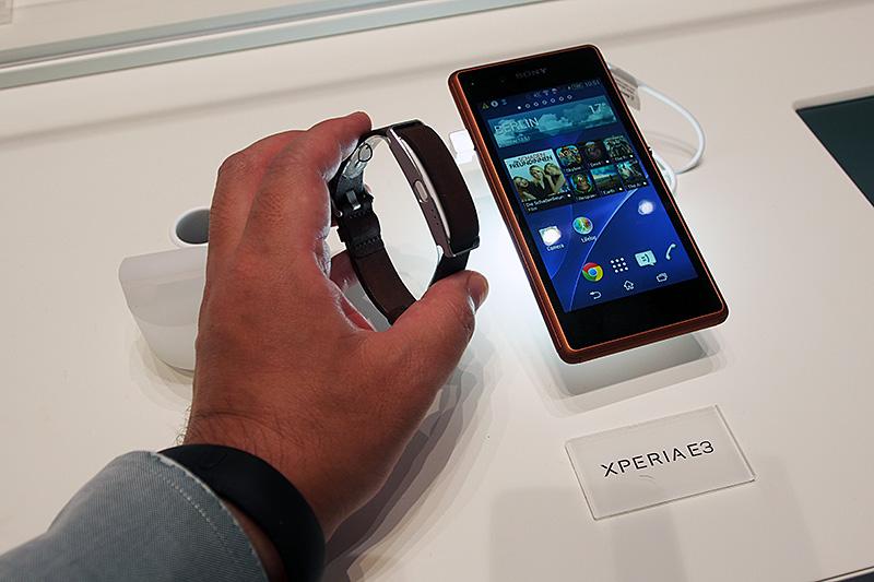 Smartband10とペアリングされてデモンストレーションされているXperia E3