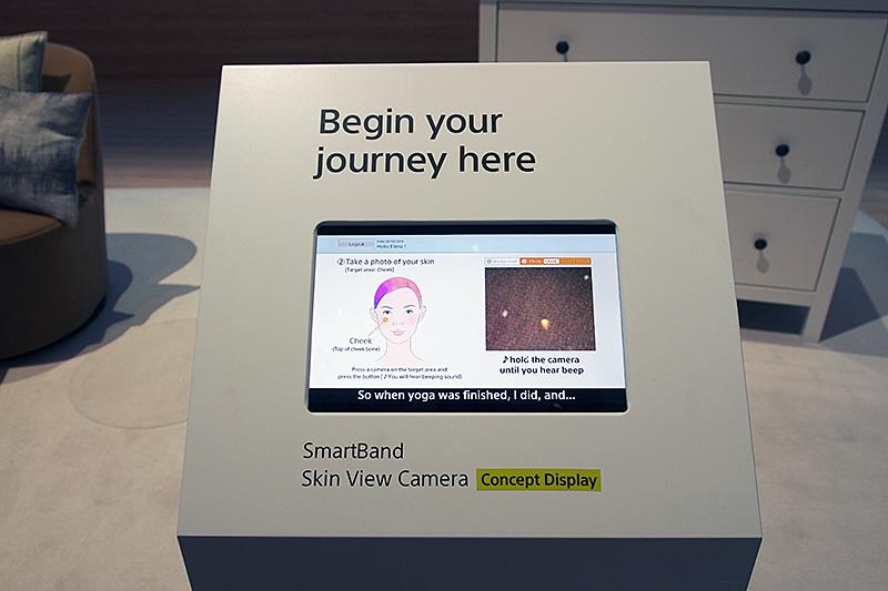 Smartband製品のコンセプト展示。写真は肌の具合を確認するSkin View Camera