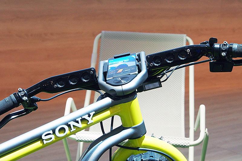 コンセプト展示のXperia Bike。ハンドル部分にXperia Z3をマウントするほか、左右のハンドル内側にスピーカーが内蔵されている