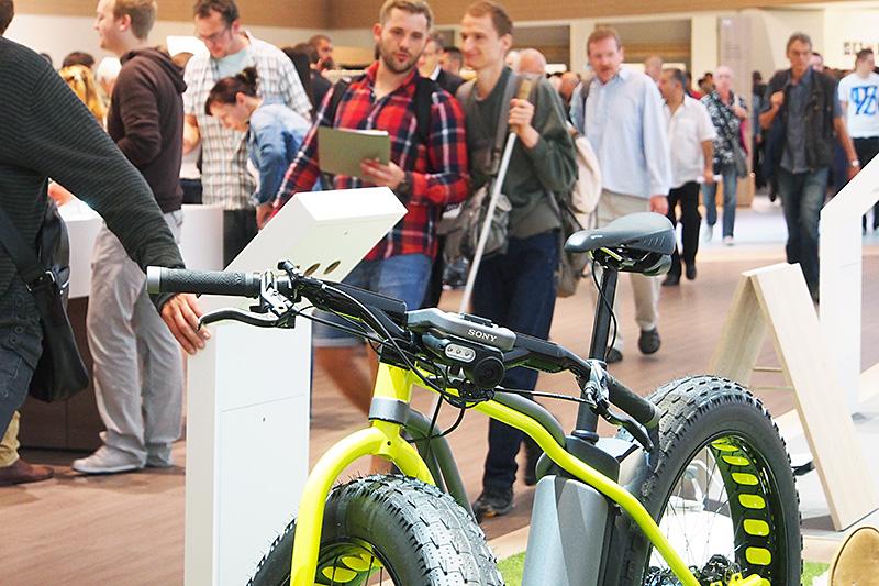 前方向きにもLEDライトとアクションカムが搭載され、自転車を中心に360度の撮影を可能にする