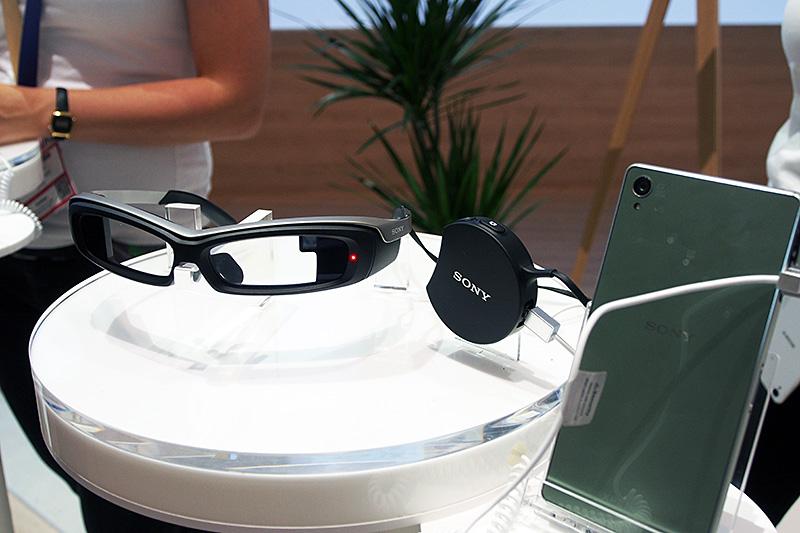 SmartEyeGlass。コンテンツはXperiaから丸いコントローラ部分を経由して表示されている。前方カメラ機能を搭載して、顔認識機能などのデモが行なわれていた
