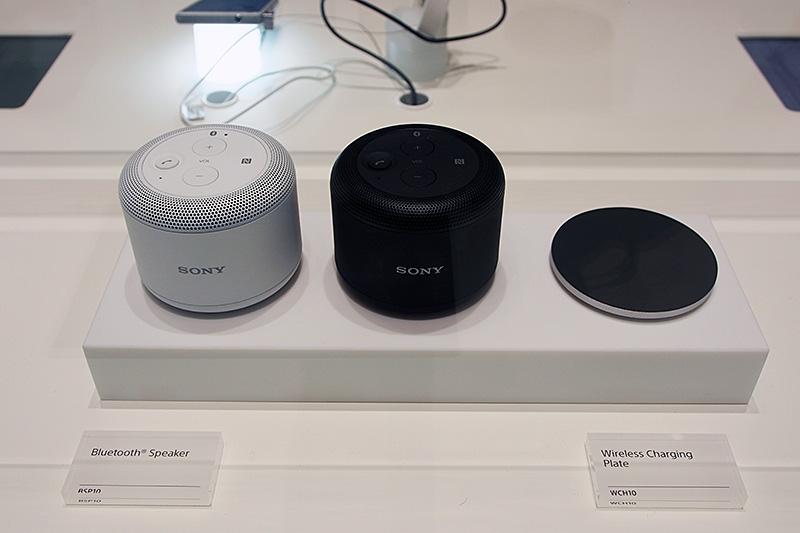 新しく発表されたBruetooth対応のポータブルスピーカー。ワイヤレス充電に対応し、右側のプレートに載せることで充電、そのまま本体だけ持ち歩ける