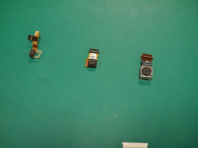 左から光センサー、前面カメラ、背面カメラ