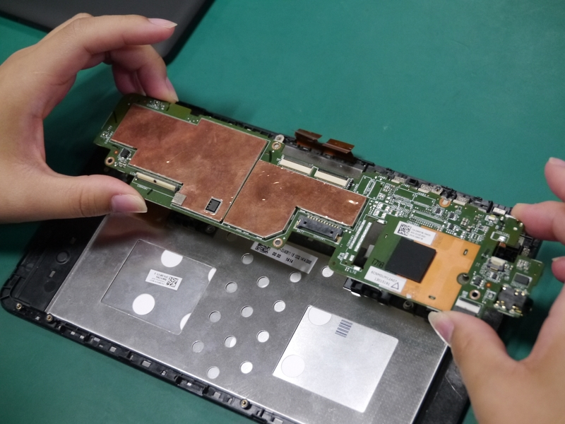 マザーボードを液晶パネルに取り付ける