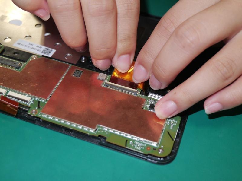 マザーボードと液晶パネルをフレキで接続