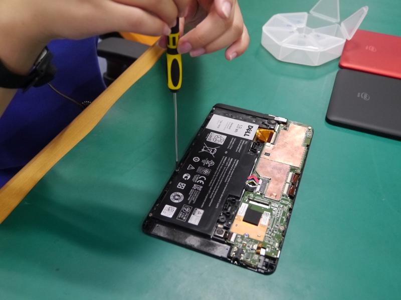 バッテリを5つのネジで固定