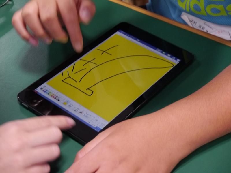 ゲームの名前は「かぶっちゃ絵」。ペイントソフトを利用して、お題に対して同じ絵を書けば得点がアップ。だが、NGワードの絵を書くとポイントがもらえない。優勝者にはモバイルバッテリがプレゼントされた