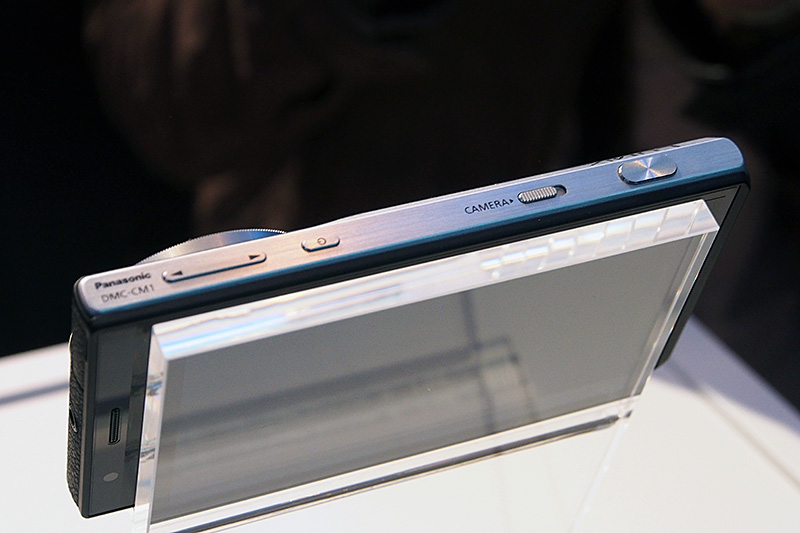 「LUMIX DSC-CM1」の上部。電源スイッチの左にスマートフォンとしてのボリュームボタン、右にカメラ機能のホットスタート用スライドスイッチ、専用シャッターを配置