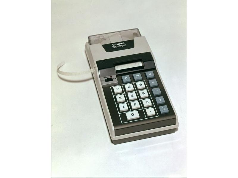 Texus Instrumentsとの技術提携で1970年に開発された、MOS型LSI採用の電池駆動式ポケット電卓。サーマルプリンタも内蔵している