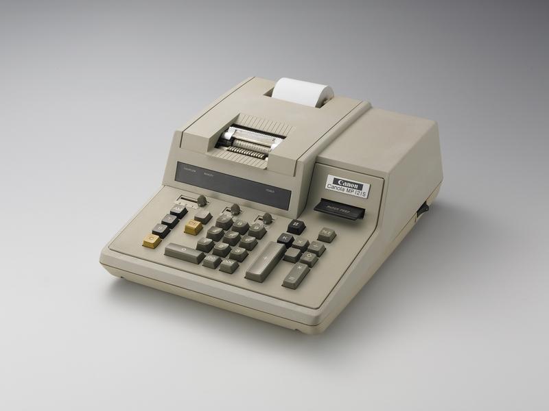 1973年に登場したインクリボン式プリンタ電卓「MP1215」。プリンタ付き電卓は金融機関などで今も使われている