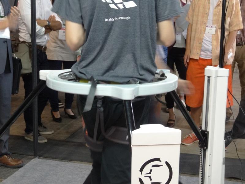 リングによって腰を支え、この中で360度回転することも可能