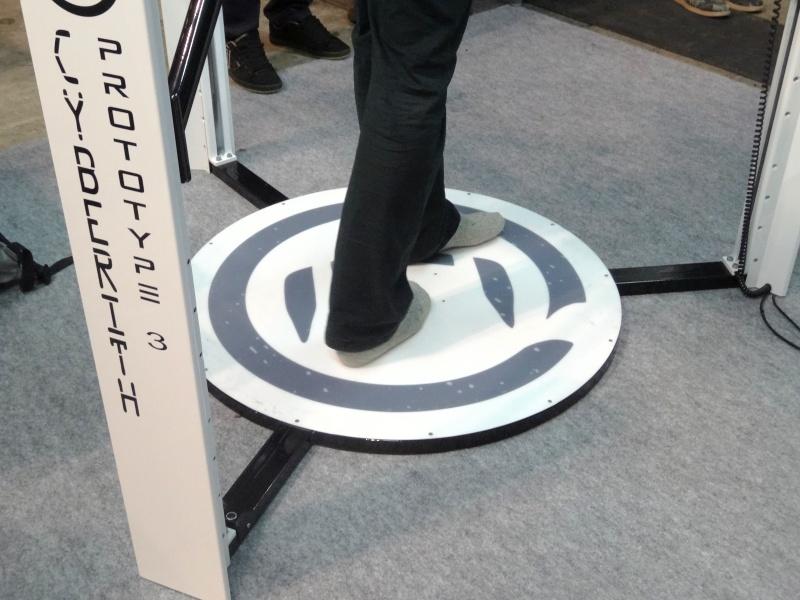 床の部分は適度に滑る材質で、歩くことができる。