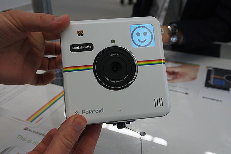 本体色が白のモデルも用意される。レンズの上にはLEDフラッシュも搭載。右上のLCDパネルは、雰囲気などのメッセージのほか、個体IDのQRコードも表示できる