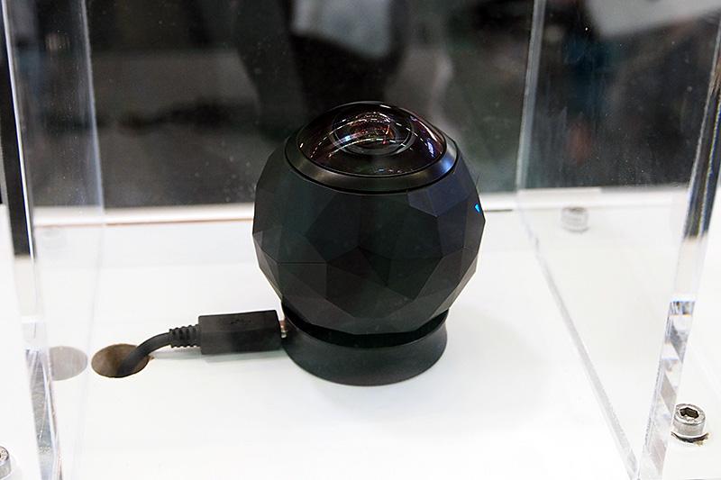 周囲360度をカバーする半球のレンズと240度の撮像素子を使って360度撮影に対応するアクションカメラの「360 FLY」
