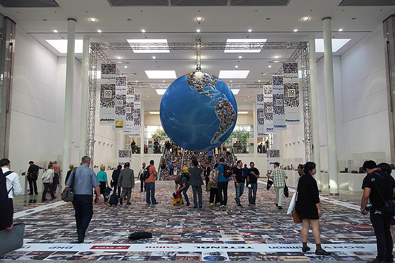 会場内のコンコースには、Photokina恒例の写真で構成された地球がある