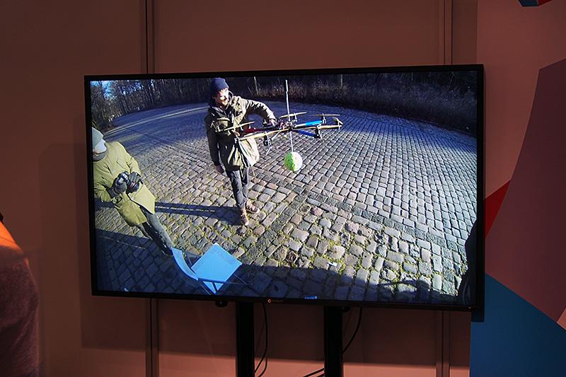 """ボール状のユニットに数多くのカメラユニットを内蔵する「PANANO」。""""投げる""""、""""ドローンで吊す""""などのさまざまな手段を使って周囲の情報を記録。ソフトウェアな後処理を加えて全天球動画を制作する。こちらも体験にはOculus Riftが用いられている"""