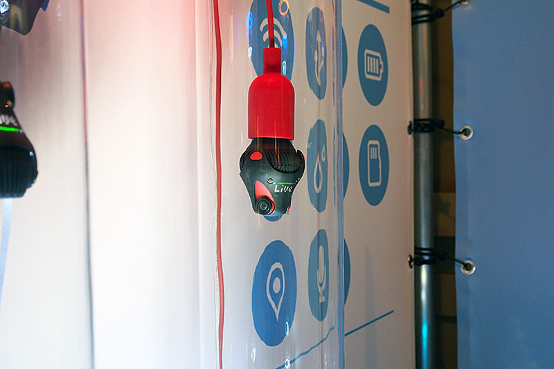 GIROTICの「360 Cam」。カメラユニット3基を内蔵する。LEDによる状況表示や、三脚用のネジ穴などを備える。電球用のソケット互換パーツを取り付けて、給電とユニットを一体化する仕組みも検討されている。現在はKickstarterで出資を募っている。完成以降に製品を入手できるのは299ドル以上の出資から