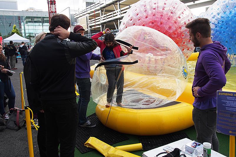 ビニールのボールに入って、水上をゴロゴロと転がるアトラクション。遊んでいる時の視界がそのままアクションカムへと記録されている